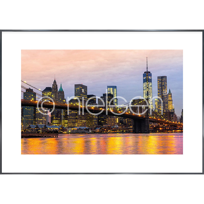 "Indrammet billede ""Brooklyn Bridge at Night"" med aluramme Alpha"