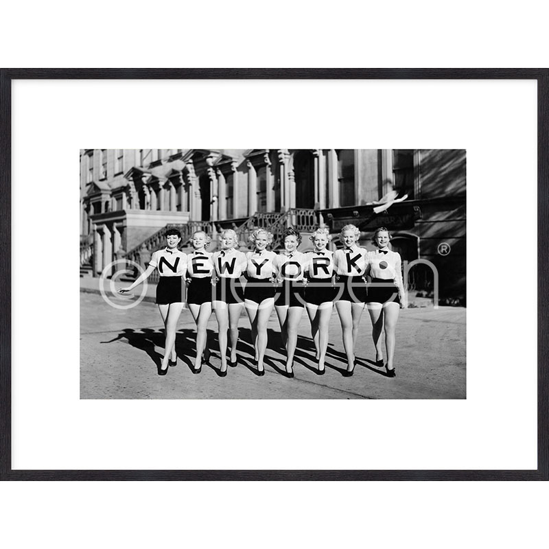 """Indrammet billede """"Chorus Line"""" med træramme Quadrum"""