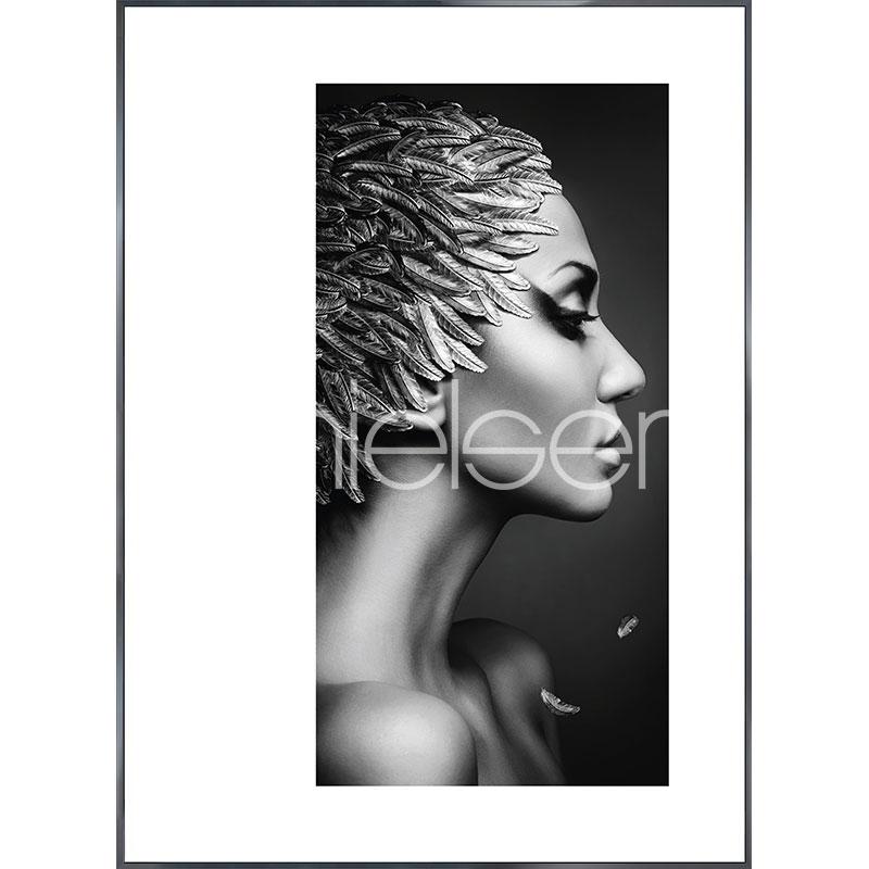 "Indrammet billede ""Featherhead Woman"" med aluramme Alpha"